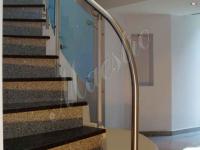 Изогнутая монолитная лестница со стеклянным ограждением