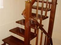 Деревянная лестница на больцах на второй этаж