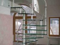 Стильная винтовая лестница из стекла