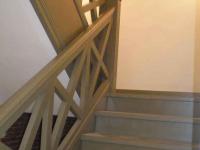 Деревянное ограждение монолитной лестницы