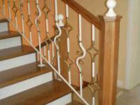 Монолитная лестница с кованым ограждением