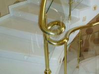 Лестничное ограждение из латуни и стекла