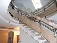 Изогнутая лестница на бетонном косоуре