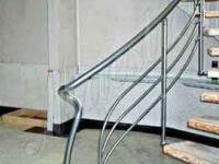 Изогнутая лестница на центральном косоуре
